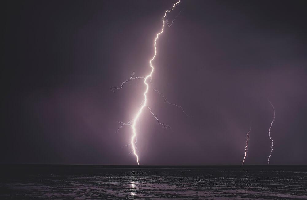 Eine Feuerrohbauversicherung schützt vor Schäden durch einen Blitzeinschlag
