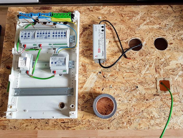 Die KNX Bauteile werden auf dem Testbrett installiert