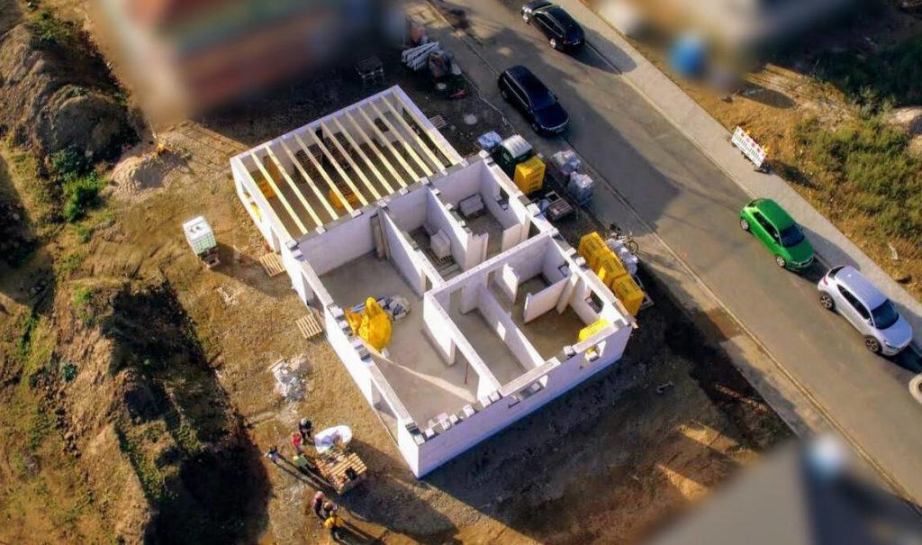 Luftaufnahme vom Haus mit einer Drohne