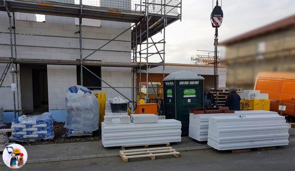 Ytong Deckenplatten-Elemente werden auf das Mauerwerk gehoben