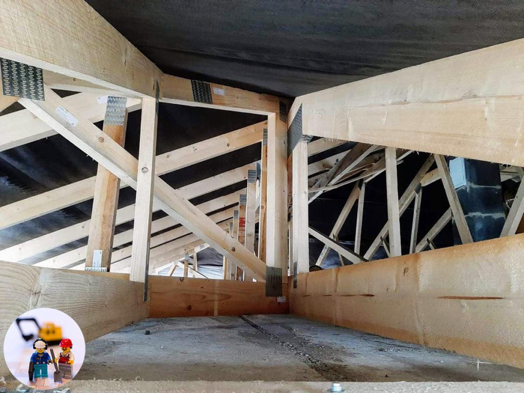 Binderdachstuhl Konstruktion - Blick unter das Dach, die Unterspannbahn ist bereits montiert