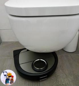 Der Neato D7 hat sich unter der Toilette festgefahren