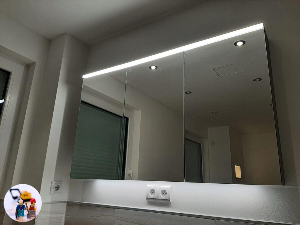 Spiegelschrank mit LED Beleuchtung oben und unten