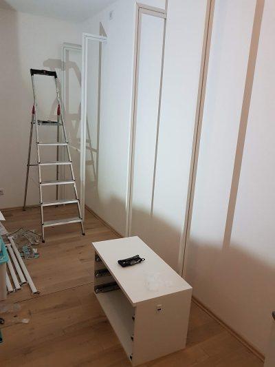 Regalsystem Ankleide Ständer beim Aufbau